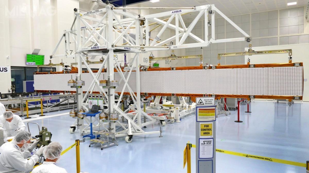 Antena radiolokatora SAR satelity obserwacyjnego Sentinel-1C składa się zpanelu środkowego, któryzostanie przymocowany doplatformy satelitarnej orazdwóch rozkładanych skrzydeł, zktórychkażde ma podwa panele. / Zdjęcie: Airbus Defence and Space