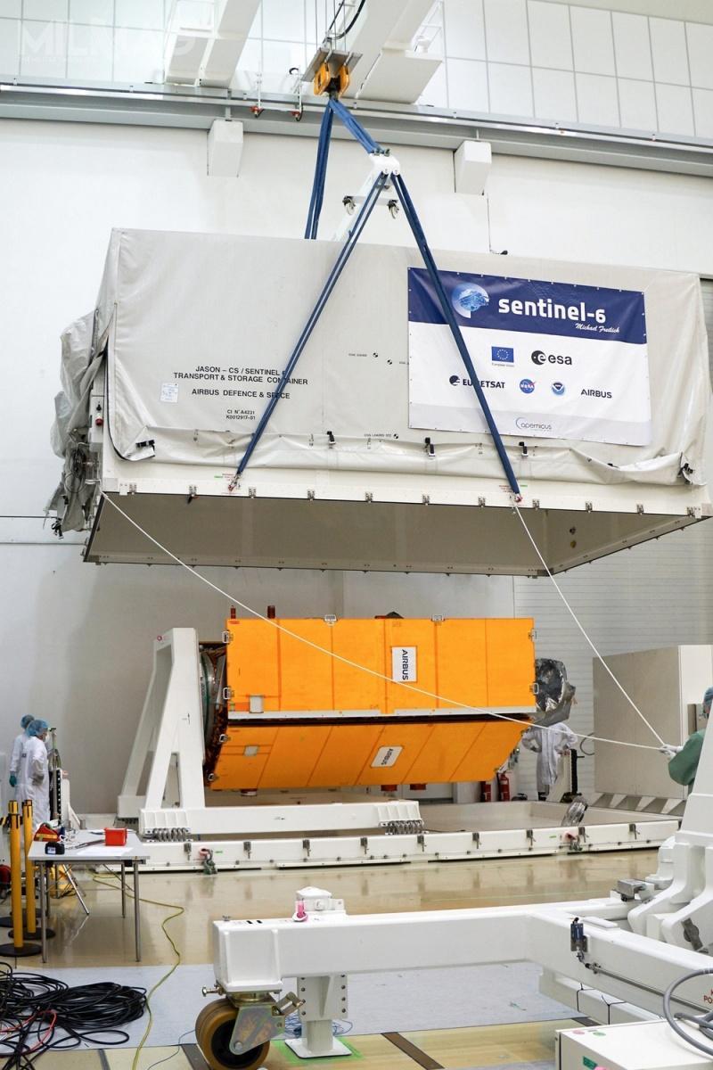 Pierwszy zdwóch satelitów oceanograficznych Sentinel-6 onazwie własnej Michael Freilich jest przygotowywany dostartu wCentrum Zintegrowanych Technologii wniemieckim Friedrichshafen. / Grafika izdjęcie: Airbus Defence and Space