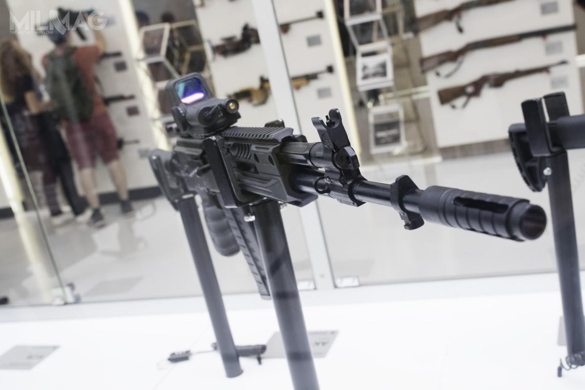 Podczas targów AK-308 zaprezentowano wkomplecie zcelownikiem kolimatorowym 1P87, co sugeruje żebroń niezostała stworzona doroli karabinu wyborowego. Nazdjęciu dobrze widoczny zawór regulatora przepływu gazów.