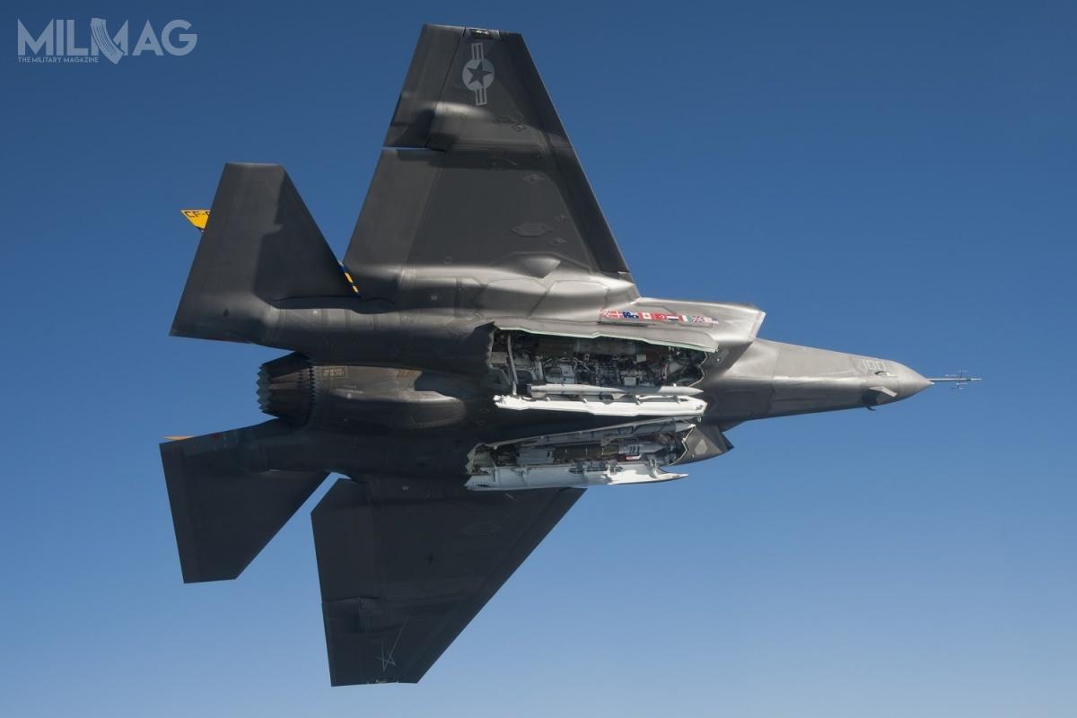 F-35 jest wyposażony wdwie wewnętrzne komory uzbrojenia, dzięki czemu samolot utrzymuje obniżoną sygnaturę radarową. Ponadto, istnieje możliwość przenoszenia dodatkowego uzbrojenia nasześciu podwieszeniach podskrzydłowych / Zdjęcie: US Navy