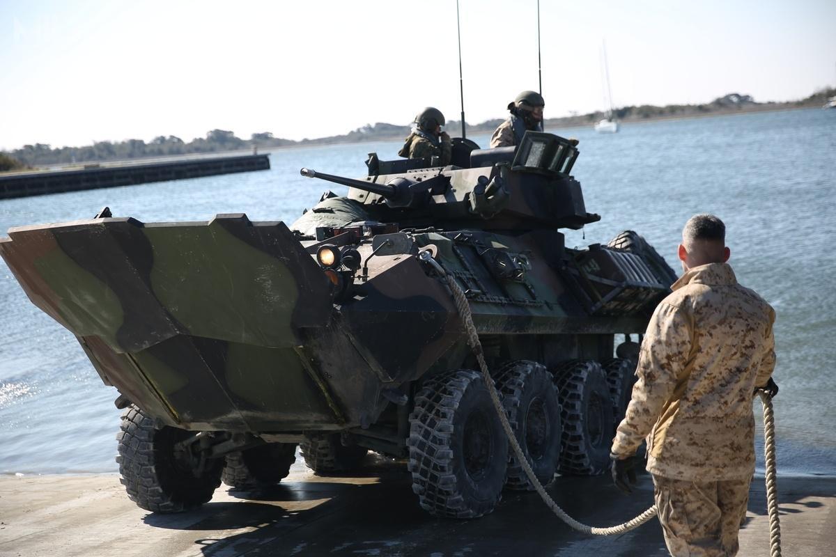 ARV docelowo zastąpi ważące 12,8 t lekkie pojazdy amfibijne LAV-25, które weszły nawyposażenie USMC w1983. /Zdjęcie: USMC