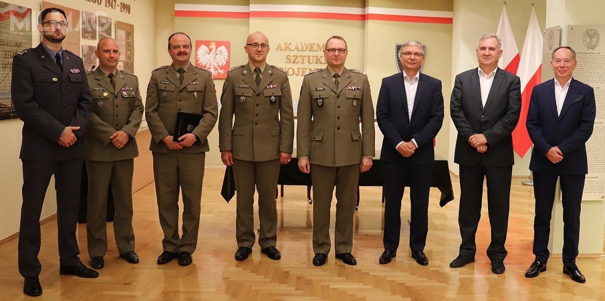 Sygnatariuszami umowy byli prorektor ds.wojskowych płk drhab. inż.Dariusz Majchrzak iprezes Grupy WB Piotr Wojciechowski / Zdjęcie: Grupa WB