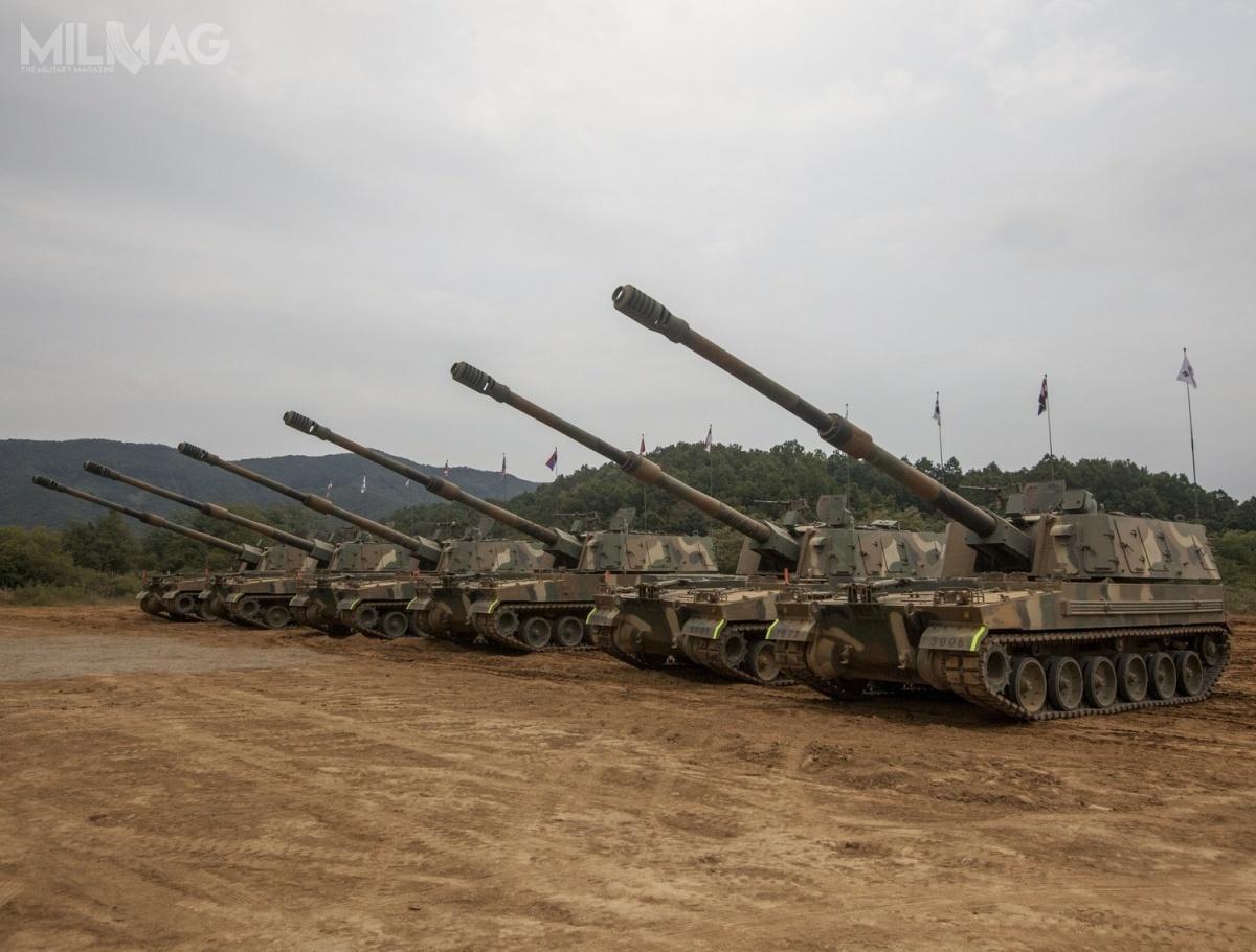 Armatohaubice K9 Thunder weszły nauzbrojenie wojsk lądowych Korei Południowej, Turcji (jako T-155 Firtina), Azerbejdżanu (odTurcji), Finlandii, Norwegii orazIndii (jako K9 Vajra-T). Działa zostały zamówione także przezEstonię (dostawy wtym roku). Państwem zainteresowanym był również Egipt. Podwozia tych pojazdów, oznaczone jako PK9/K9PL są produkowane wHucie Stalowej Woli (HSW) nalicencji domontażu ahs Krab dla Wojska Polskiego / Zdjęcie: ROK Army