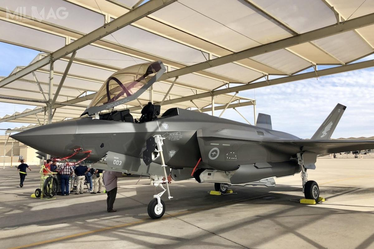W amerykańskiej bazie lotniczej Luke wArizonie znajduje się już pięć egzemplarzy wielozadaniowych myśliwców F-35A Lightning II, należących dowojsk lotniczych Australii. Rząd wCanberze zamówił łącznie 72 samoloty bojowe 5. generacji /Zdjęcie: Ministerstwo Obrony Australii