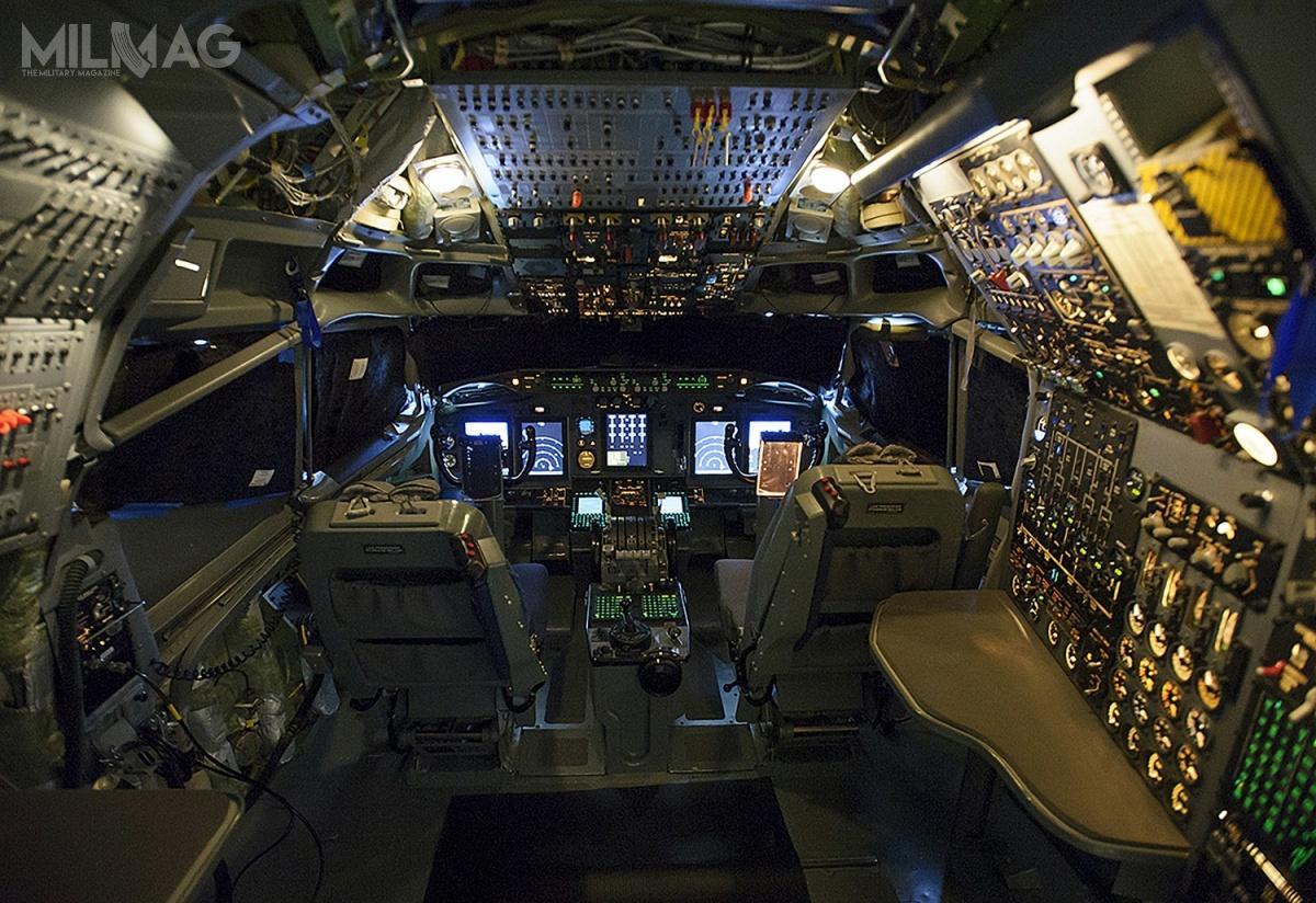Modernizacja awioniki objęła m.in.instalację pięciu kolorowych, ciekłokrystalicznych wyświetlaczy, które zastąpiły przestarzałe analogowe wskaźniki izegary. /Zdjęcia: Boeing