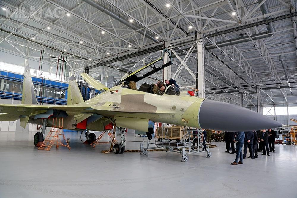O ile winformacji prasowej jest mowa owizytacji zakładów produkujących Su-35S, zopublikowanych fotografii wynika, żebyła toinna placówka, gdzie powstają Su-30SM / Zdjęcia: Ministerstwo Obrony Azerbejdżanu.