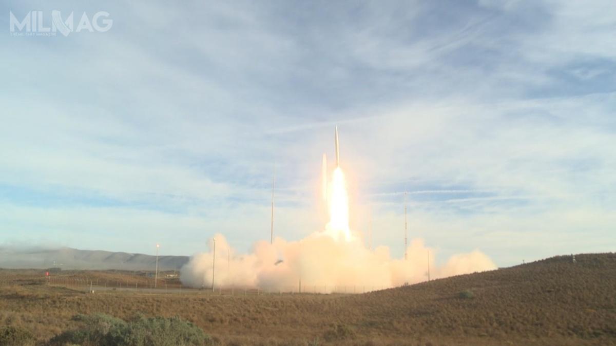 Testowany pocisk balistyczny przeleciał ponad 500 km. Ujawnione nagranie wideo wskazuje, żerakietę wyposażono wgłowicę bojową typu MaRV (Maneuvering Reentry Vehicle), którawkońcowej fazie lotu jest zdolna dowykonywania watmosferze kontrolowanych manewrów iaktywnego naprowadzania się nacel. Taką głowicę przenosił MGM-31B Pershing II wycofany namocy traktatu INF / Zdjęcie: USAF