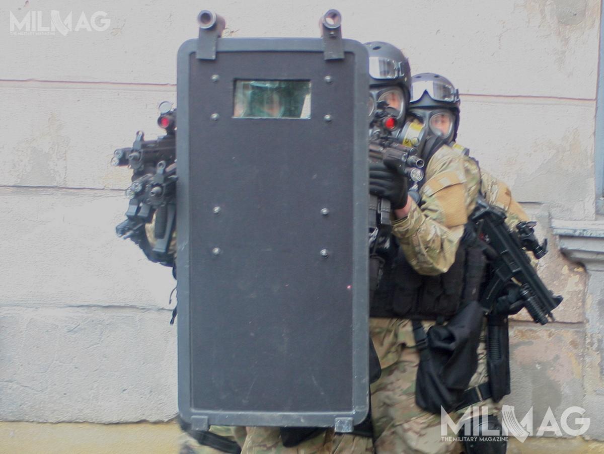 Tarcze balistyczne są wykorzystywane przezżołnierzy jednostek specjalnych gdyzachodzi konieczność wkroczenia dopomieszczeń opanowanych przezuzbrojonych przeciwników / Zdjęcie: Jakub Link-Lenczowski