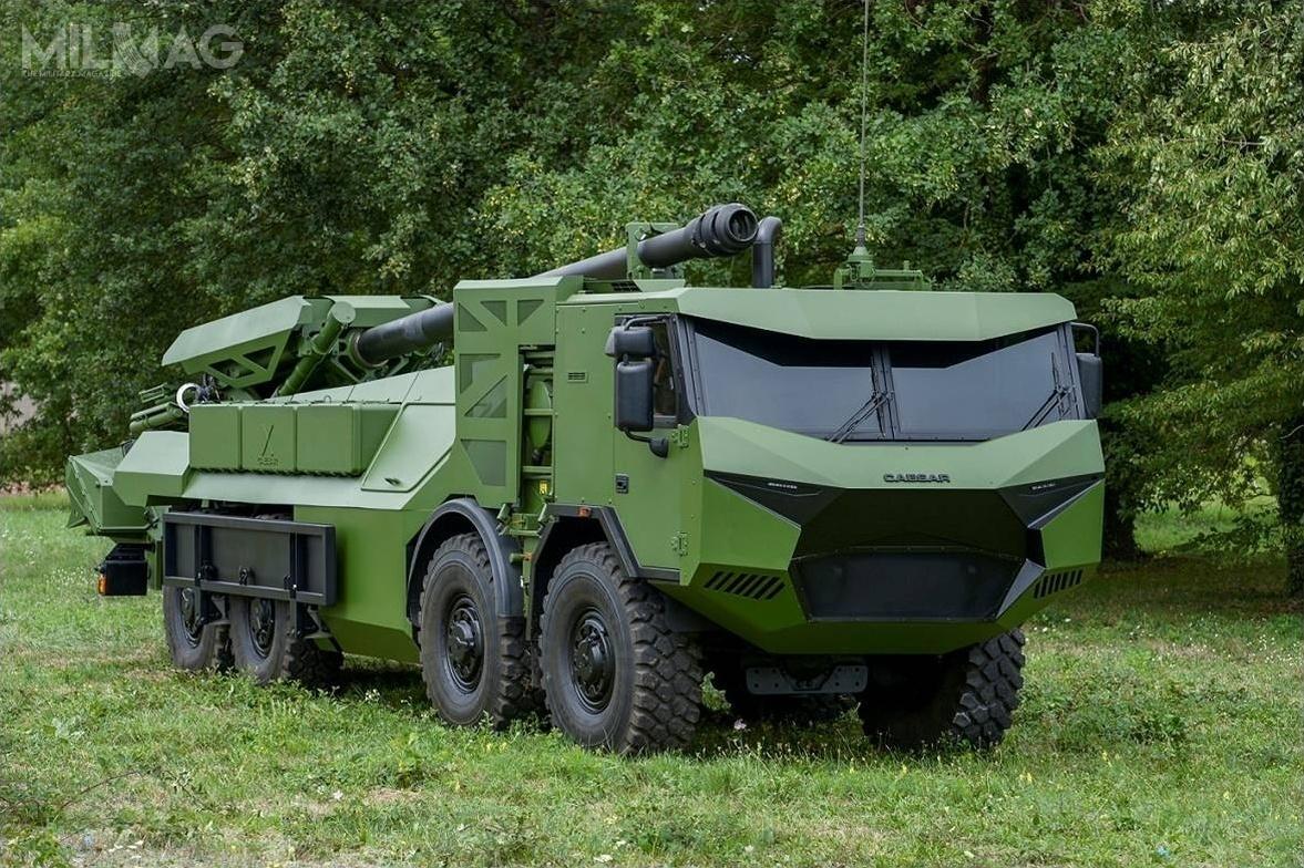 Armatohaubice CAESAR dotąd były integrowane zpodwoziami kołowymi Unimog 6x6, Renault Sherpa 56x6 oraznajnowszym Tatra T815-7 8x8 (nazdjęciu). Jak dotąd wyprodukowano idostarczono ponad 300 dział. Zastosowana 155-mm armatohaubica odługości 52 kalibrów zautomatem ładowniczym oferuje zasięg skutecznego ostrzału standardową amunicją do42 km, aprzy zastosowaniu amunicji specjalnej ERFB (Extended Range Full-Bore) - 55 km / Zdjęcie: Nexter Systems