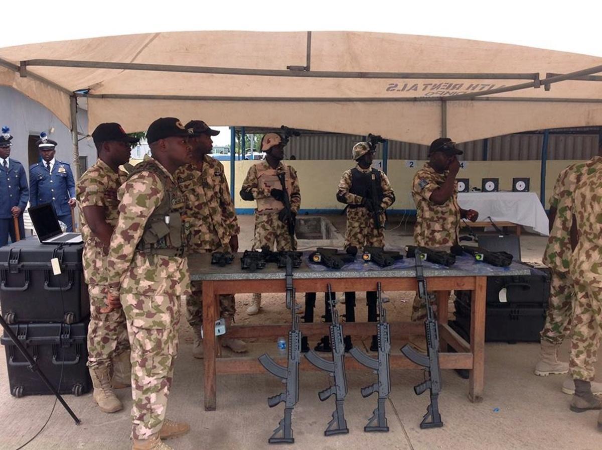 Karabinki Beryl M762 prezentowane prezydentowi Nigerii podczas wizyty wbazie wojsk lotniczych NAF (Nigerian Air Force) wkwietniu 2017. Tokolejny powojskach lądowych iakademii wojskowej użytkownik tejbroni wNigerii / Zdjęcia: Nairaland