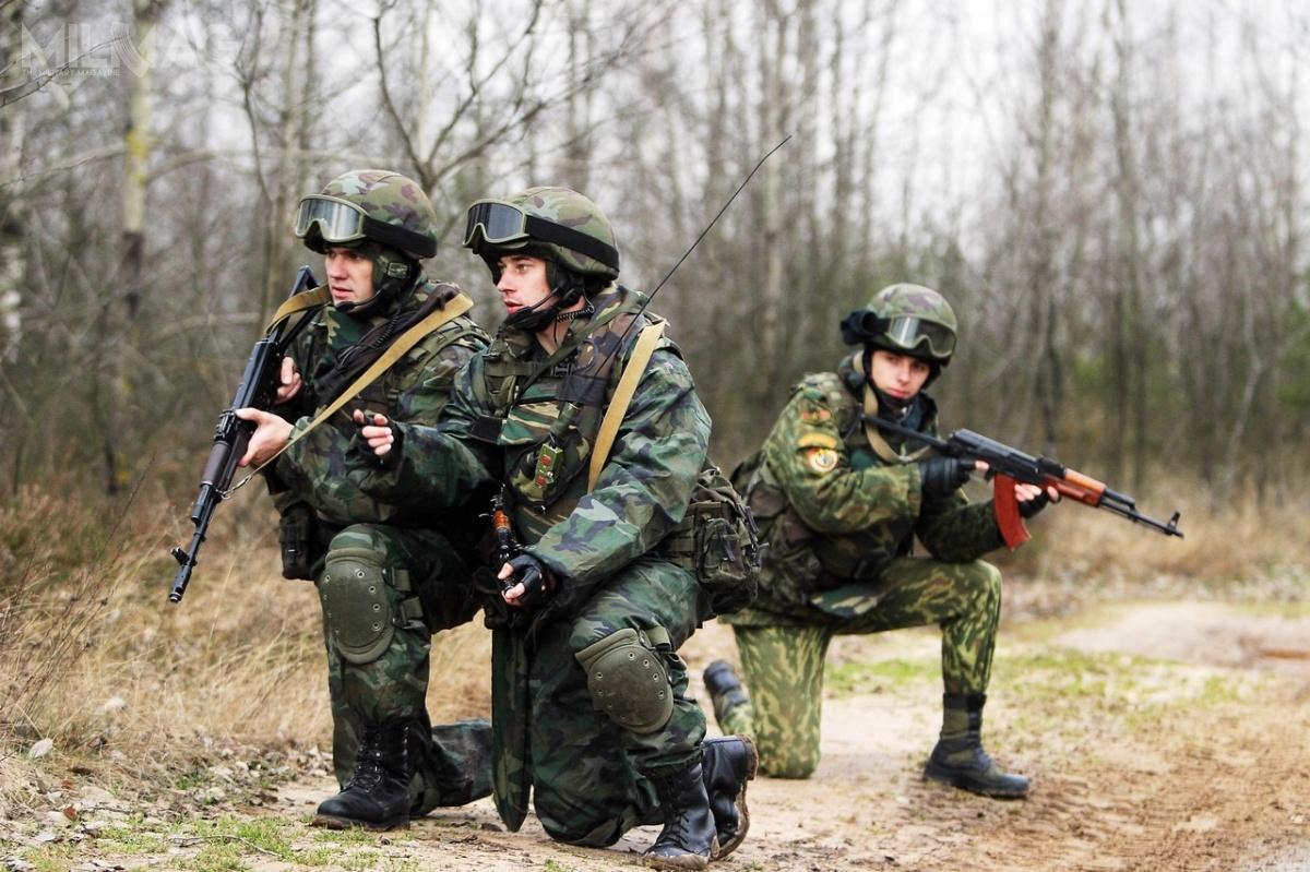 Białoruś rozpoczęła budowę zakładów produkujących broń iamunicję strzelecką. Nowa fabryka ma powstać w115-tysięcznym mieście Orsza. Obecnie uzbrojeniem białoruskich żołnierzy są karabinki systemu AK doamunicji 5,45 mm x 39 i7,62 mm x 39 / Zdjęcie: Białoruskie ministerstwo obrony