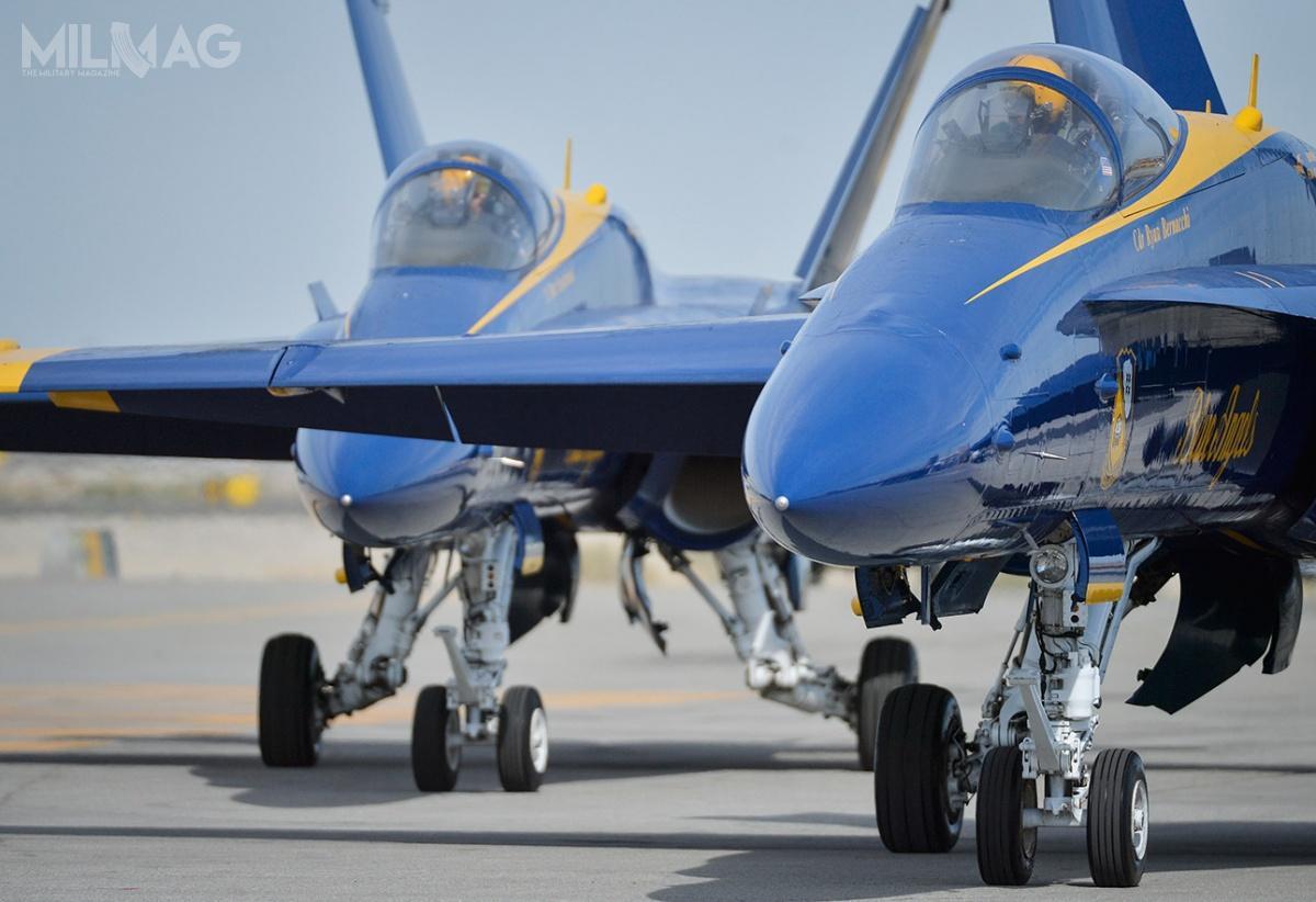 US Navy Blue Angels wykorzystuje 16 Hornetów: 3jednomiejscowe F/A-18A, 1dwumiejscowy F/A-18B, 10 jednomiejscowych F/A-18C i2dwumiejscowe F/A-18D. Wczasie pokazów wpowietrzu znajduje się maksymalnie 6samolotów jednocześnie / Zdjęcie: US Navy Blue Angels
