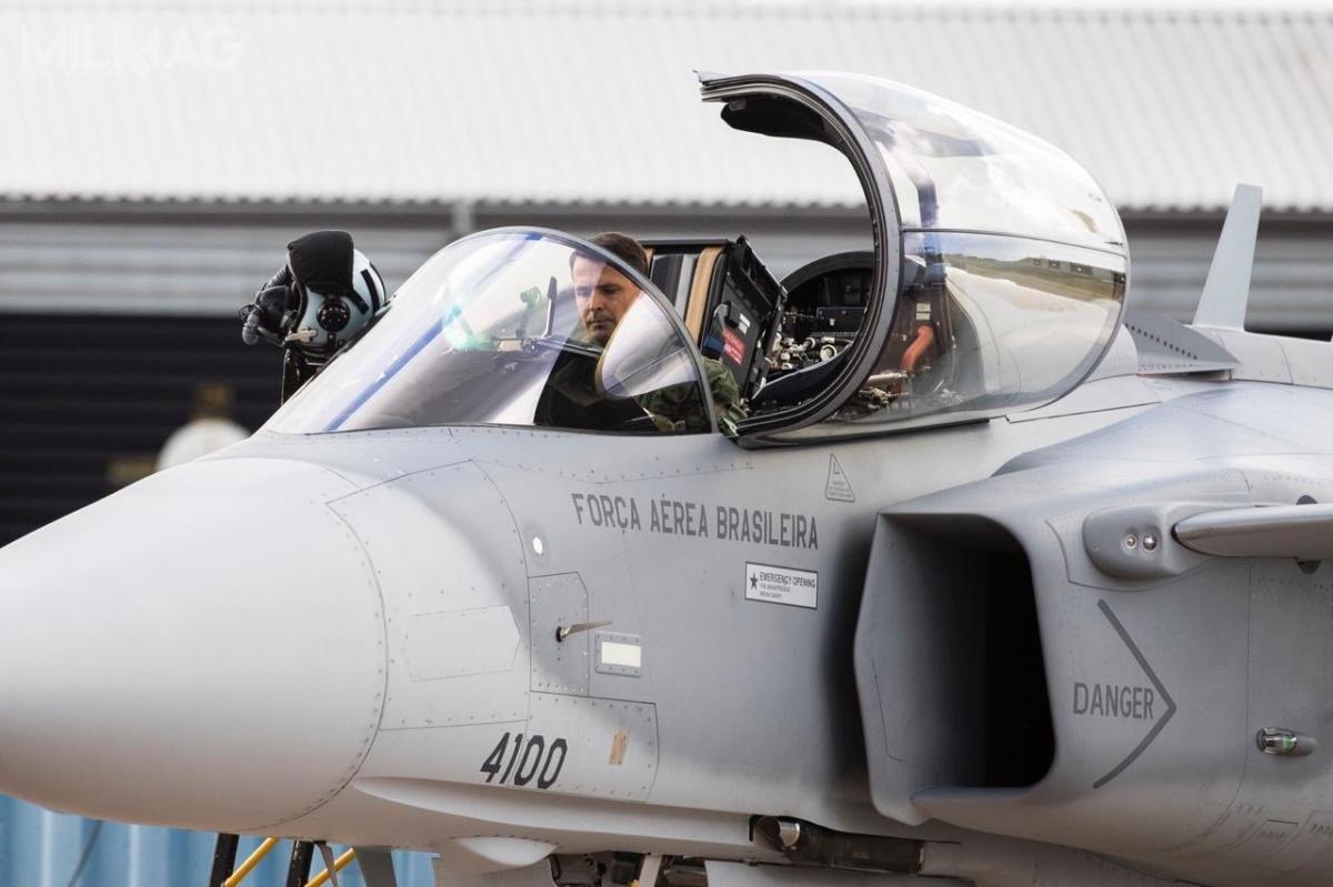 Mjr Cristiano de Oliveira Peres jest pilotem doświadczalnym brazylijskiego Instytutu prób ibadań wlocie IPEV (Instituto de Pesquisas e Ensaios em Voo,), którypodlega Departamentowi techniki lotniczej inauki DCTA (Departamento de Ciência e Tecnologia Aeroespacial) / Zdjęcia: Saab Defence and Security