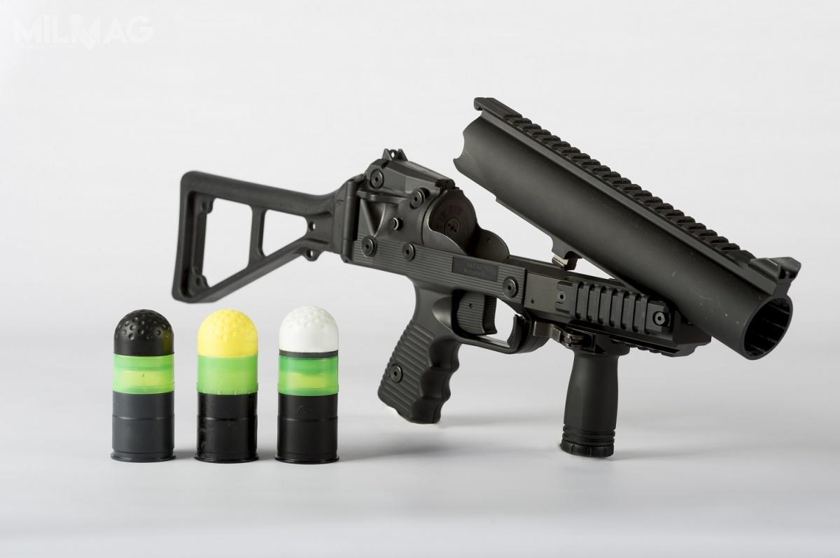 W ostatnich latach Cenzin dostarczył Służbie Więzienneji m.in.wyrzutniki pocisków obezwładniających GL-06 B&T, strzelby gładkolufowe Mossberg 590A1 orazFlex 500 Tactical Cruiser,  jak również amunicję strzelecką itreningową. /Zdjęcia: SAN, B&T