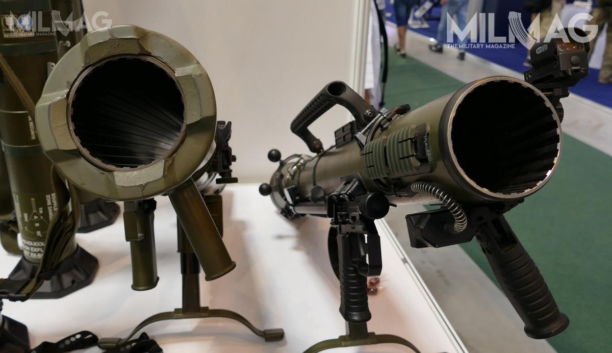 Porównanie granatników Carl-Gustaf M3 (zlewej) znowym M4 (zprawej). CGM4 ma zainstalowany elektroniczny licznik strzałów. Jest tourządzenie ułatwiające obsługę logistyczną broni, pozwalające sprawdzić stopień jego zużycia iczas doremontu lub wycofania zesłużby / Zdjęcie: Remigiusz Wilk