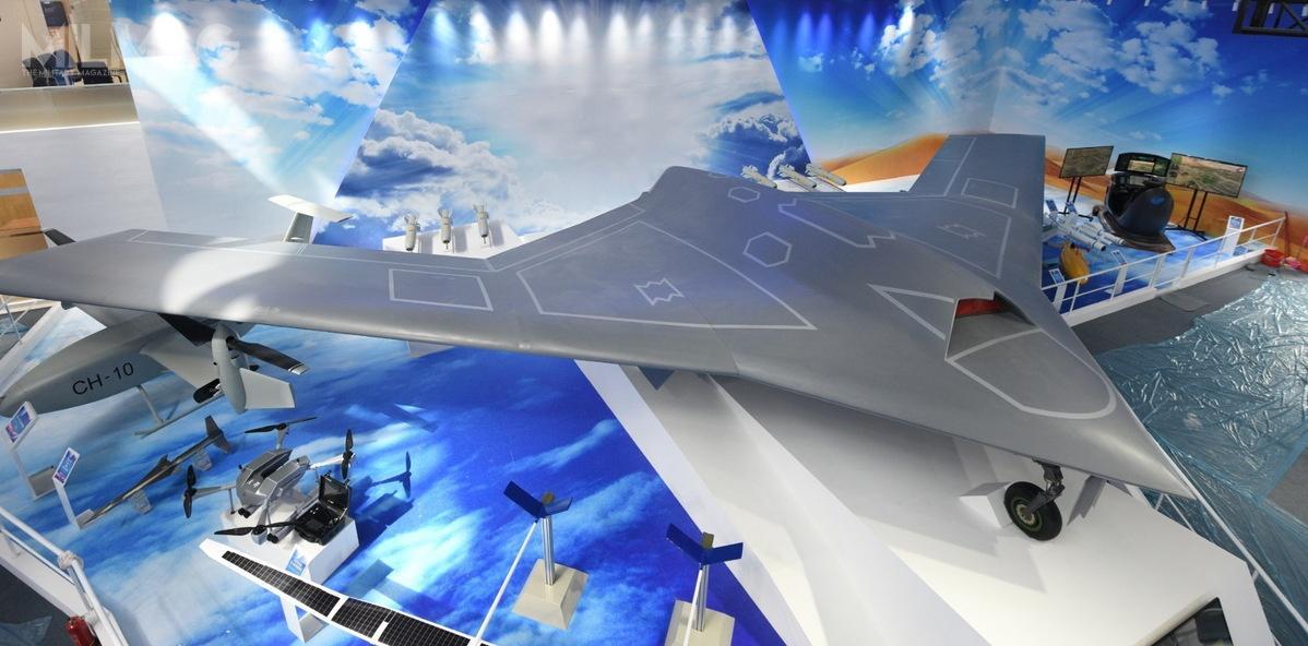 Układ konstrukcyjny CH-7 przypomina opracowane wcześniej naZachodzie bsl Lockheed Martin RQ-170 Sentinel, Northrop Grumman X-47B Pegasus czyDassault nEUROn. Co ciekawe nazdjęciu widać także bezzałogowy zmiennowirnikowiec CH-10, którytakże jest nowością. /Zdjęcie: China Daily