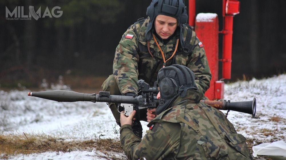 Zapotrzebowanie Wojska Polskiego nanowe jednorazowe granatniki przeciwpancerne szacowane jest nanawet 150 tys. egzemplarzy (Wojska Lądowe iWojska Obrony Terytorialnej). TylkoWojska Specjalne użytkują broń tejklasy – granatniki Saab AT4 iZeveta Ammunition RPG-75-M. WWojskach Lądowych nadal dominuje radziecki granatnik wielokrotnego użytku RPG-7 / Zdjęcie: 34. Brygada Kawalerii Pancernej