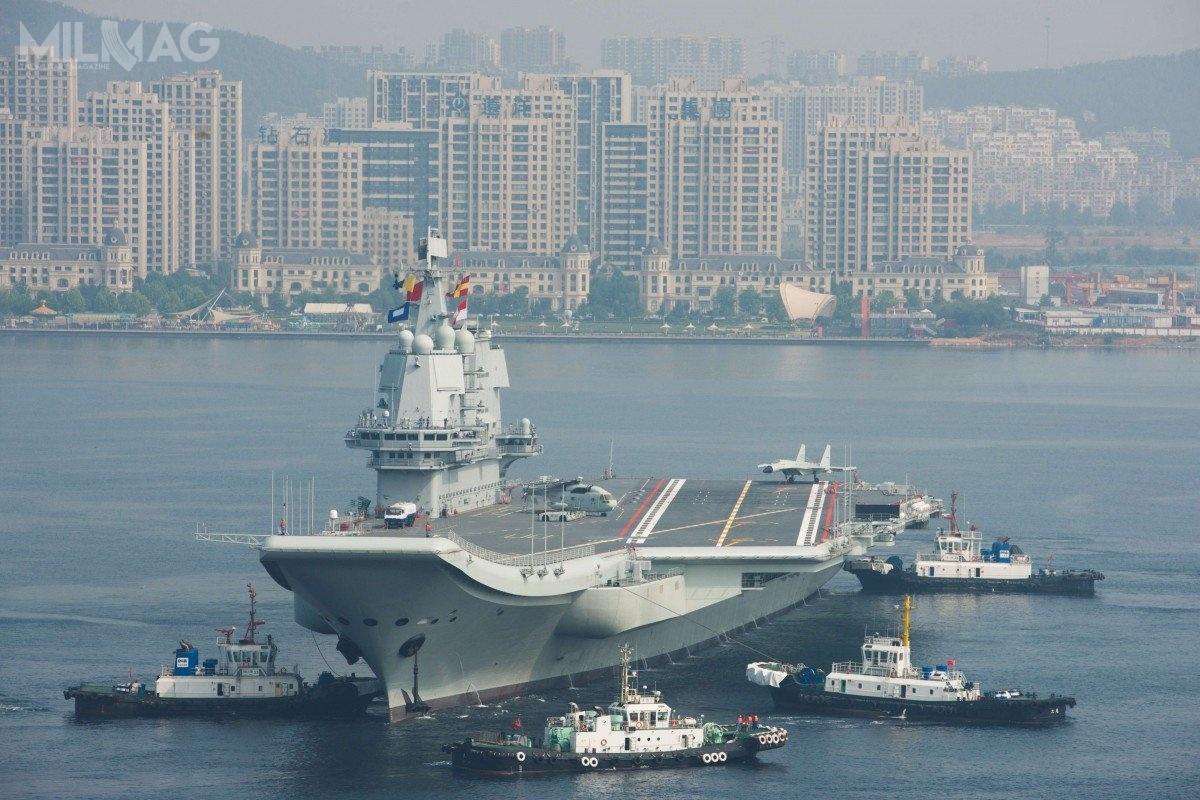 CNS Shandong jest okrętem lotniczym owyporności 58 600 t standardowej iokoło 70 000 t wyporności pełnej. Ma 315 m długości i75 m szerokości. Wstępne prace nadnim rozpoczęto wlistopadzie 2013, abudowę kadłuba – wmaju 2015. Okręt został zwodowany 26 kwietnia 2017 / Zdjęcie: PLAN