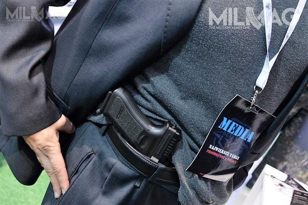 Po przykryciu bluzą lub koszulą pistolet zawieszony nauchwycie ClipDraw jest prawie niezauważalny / Zdjęcia: Axel Jach iPaweł Ścibiorek