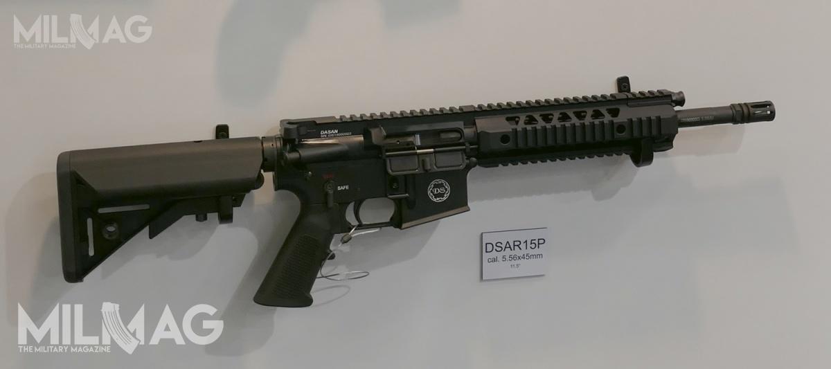 Subkarabinek Dasan Machineries DSAR-15PC CQB (nazdjęciu odmiana cywilna pokazywana natargach IWA 2019) ma być wyposażony wlufę długości 292 mm (11,5 cala) imasę poniżej 3kg. Broń jest tłokową odmianą AR, wyposażoną wzestaw szyn montażowych wmiejscu łoża iwysuwaną kolbę. Długość całkowita wynosi 760 mm, szybkostrzelność 950 strz./min. / Zdjęcie: Archiwum MILMAG