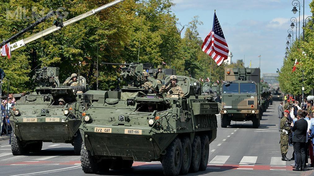 W defiladzie udział wzięli także żołnierze amerykańscy, naco dzień służący zeswoimi polskimi kolegami wramach sił NATO /Zdjęcia: mjr Robert Siemaszko/CO MON