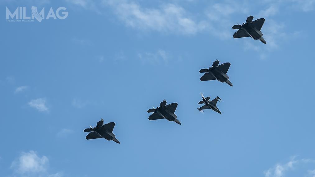 Nad warszawskim niebem przeleciały między innymi amerykańskie myśliwce F-22 Raptor.