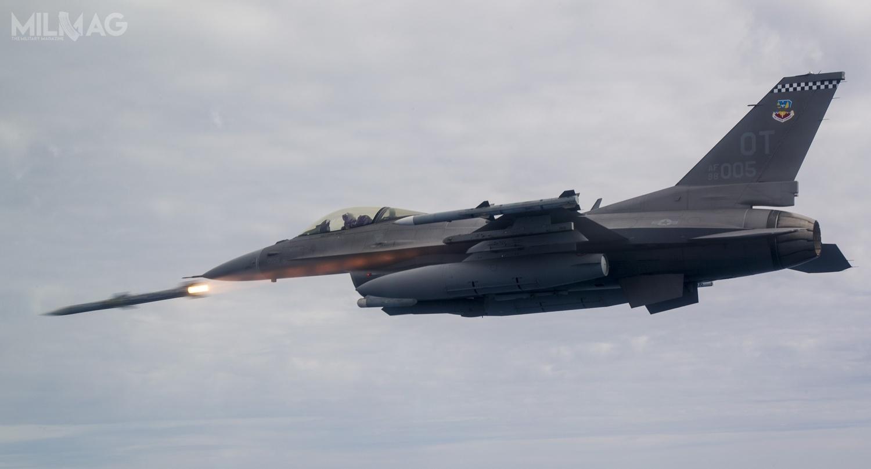 """F-16C, pilotowany przezmjra Josepha """"Rocket"""" Schenkela, wyposażony wnowy radar AN/APG-83 SABR ioprogramowanie komputera pokładowego standardu M7.2+, podczas prób zpociskiem powietrze-powietrze średniego zasięgu AIM-120 AMRAAM"""