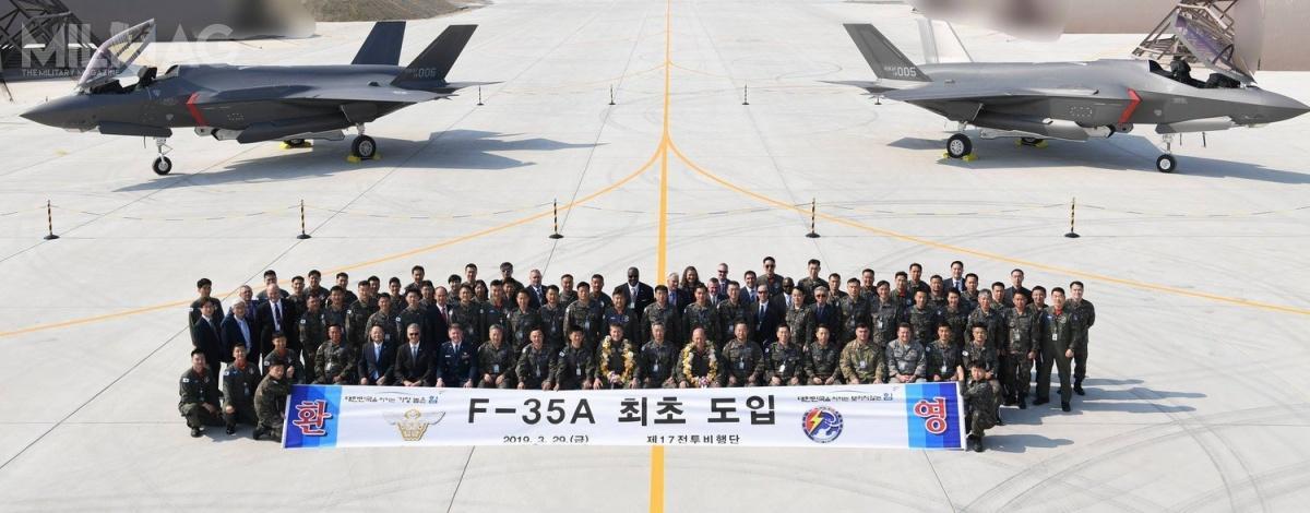 W powitaniu obu samolotów uczestniczyli przedstawiciele wojsk lotniczych Korei iUSA, koncernu Lockheed Martin, Ambasady USA, atakże południowokoreańskiej agencji ds.zakupów wojskowych DAPA (Defense Acquisition Program Administration)