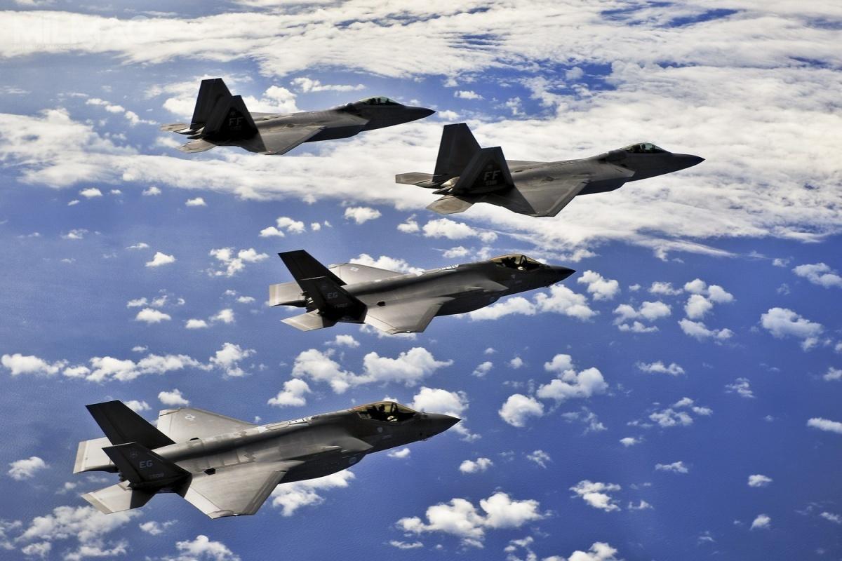 Amerykańskie przemysł, azwłaszcza spółki Lockheed Martin iBoeing, mają największe doświadczenie wzakresie budowy jedno- idwumiejscowych samolotów myśliwskich iwielozadaniowych / Zdjęcie: Departament Obrony USA