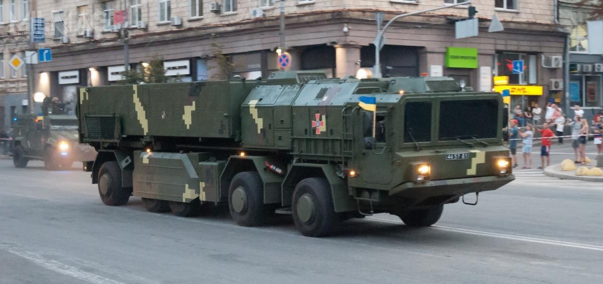 Prototyp transportera-wyrzutni systemu Grom-2 wbarwach sił zbrojnych Ukrainy został poraz pierwszy publicznie zaprezentowany podczas defilady wojskowej wKijowie zokazji Dnia Niepodległości Ukrainy 24 sierpnia 2018. Niejest jasne jednak, czyikiedy system zostanie wprowadzony dorodzimych sił zbrojnych jako następca OTR-21 Toczka / Zdjęcie: VoidWanderer
