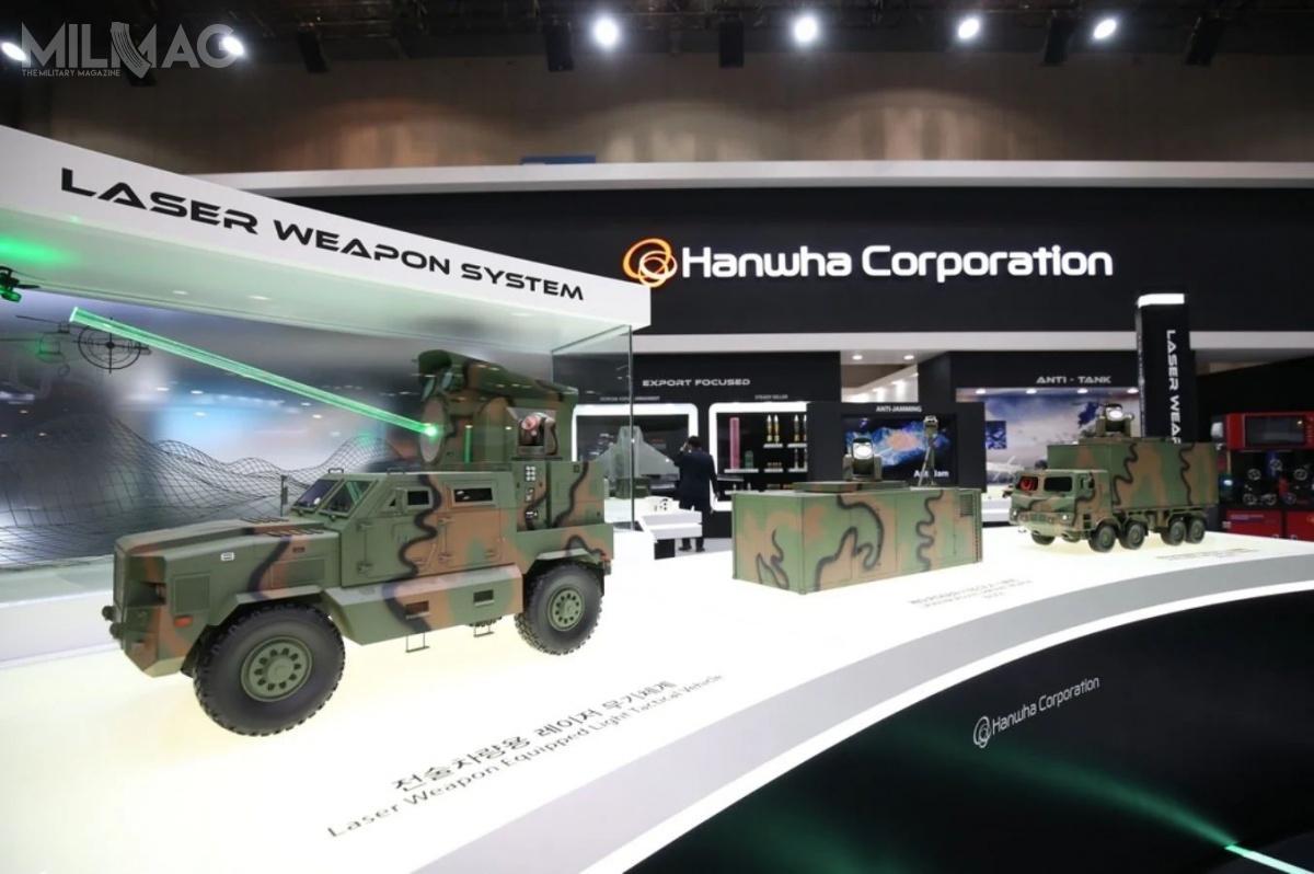 Hanwha Corporation zaprezentowała makiety systemów broni laserowych dozadań przeciwlotniczych wwersji kontenerowej stacjonarnej inapodwoziu ciężarowym (Block-I) orazzminiaturyzowanej nalekkim podwoziu 4x4 (Block-II) / Zdjęcie: Hanwha Corporation