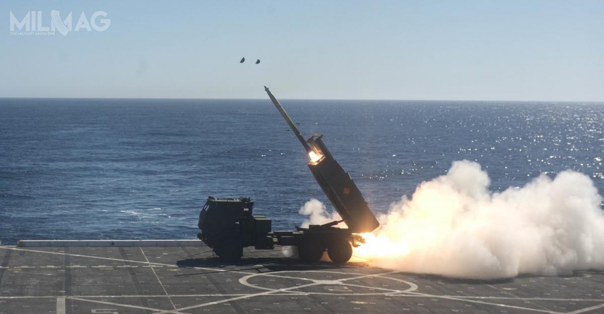 Naturalną platformą dla przyszłego mobilnego systemu obrony wybrzeża NEMESIS wydaje się wyrzutnia M142 HIMARS, któraprzechodziła już próby strzelania zpokładów okrętów desantowych /Zdjęcie: USMC