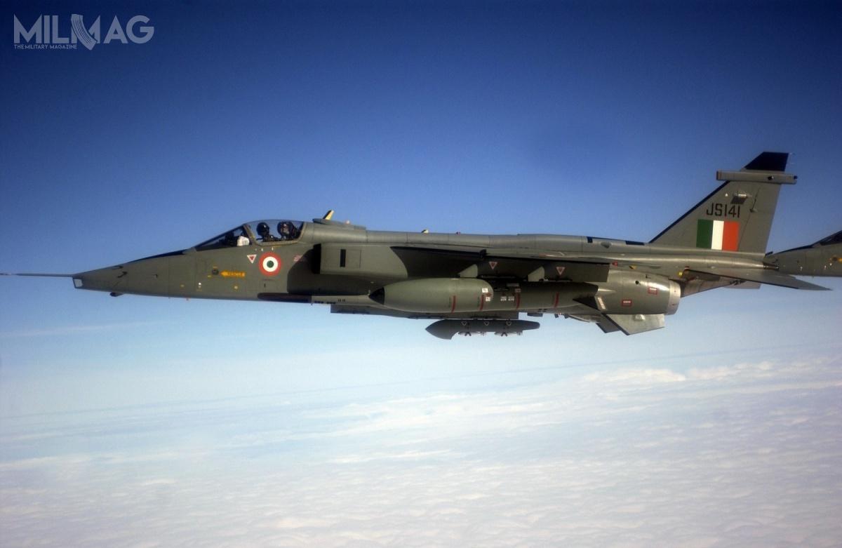 Indyjskie wojska lotnicze użytkują około 120 Jaguarów wsześciu eskadrach wtrzech wersjach: IS (jednomiejscowa), IB (dwumiejscowa) iIM (jednomiejscowa morska). Indie pozostają ostatnim użytkownikiem tych brytyjsko-francuskich samolotów myśliwsko-bombowych / Zdjęcie: USAF