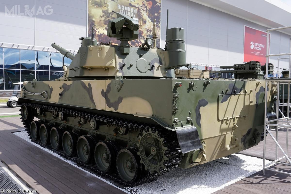Sprut-SDM1 iSprut-SD mają po9,77 m długości (razem zarmatą; długość podwozia 7,88 m), 3,15 m szerokości, 2,72 m wysokości i18 t masy bojowej. Załogę stanowi trzech żołnierzy. Są napędzane chłodzonym wodą silnikiem wysokoprężnym 2V-06-2S omocy 510 KM (380 kW), któryzapewnia prędkości maksymalne: 10 km/h wwodzie, 45 km/h wterenie i70 km/h nadrodze utwardzonej orazzasięg do500 km. / Zdjęcia: Witalij W. Kuźmin