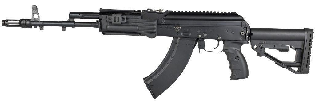 Karabinki automatyczne AK-203 doamunicji 7,62 mm x 39 będą wytwarzane wramach spółki joint venture Indo-Russian Rifles wKorwa, wktórej50,5% udziałów ma OFB, 42% Koncern Kałasznikow a7,5% państwowy Rosonboronexport. Początkowo broń będzie montowana zelementów pochodzących zRosji, następnie wpięciu fazach poddana indianizacji: od5-15% wpierwszym etapie do100% wostatnim piątym / Zdjęcie: Koncern Kałasznikow