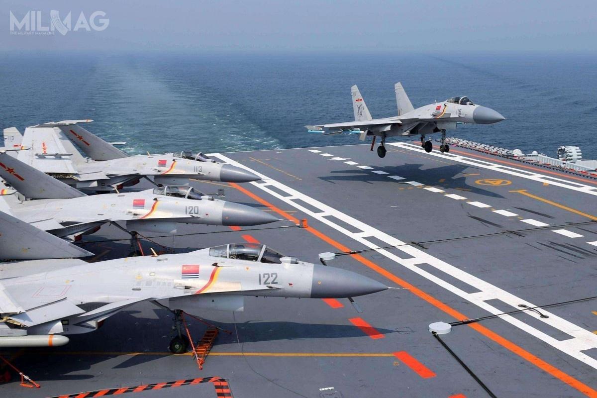J-15, będący nielicencjonowaną kopią rosyjskiego Su-33, został oblatany w2009, atrzy lata później wszedł dosłużby. Zbudowano około 50 egzemplarzy, zczego dwa utracono. Służą jako samoloty pokładowe nalotniskowcu CNS Liaoning (CV-17) ibędą używane przezbliźniaczy CNS Shandong (CV-18) gdywejdzie dosłużby prawdopodobnie jeszcze w2019. Prace nadnastępcą J-15 jest związane nietylkozwymianą pokoleniową, alelicznymi problemami technicznymi, które dotyczą tejkonstrukcji / Zdjęcia: Ministerstwo Obrony Chin