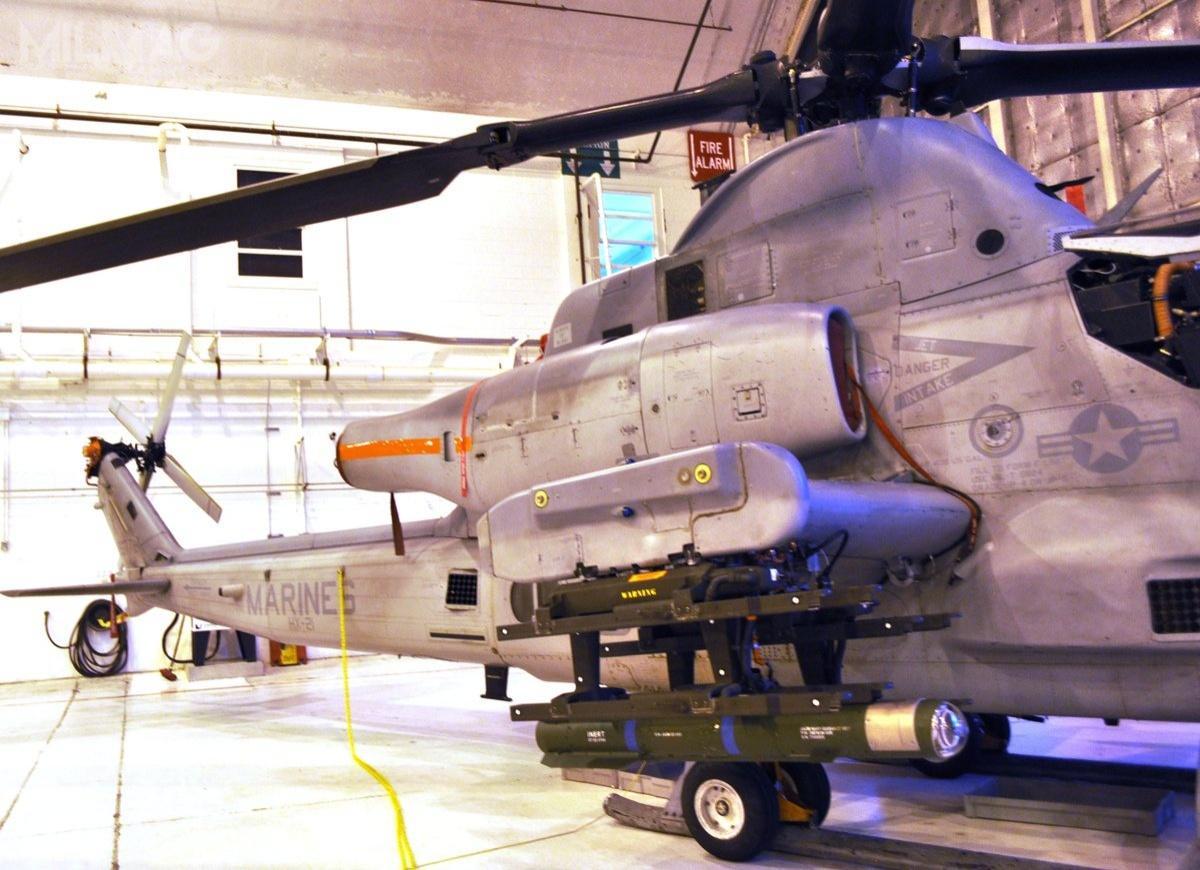 Korpus Piechoty Morskiej (USMC) chce zintegrować JAGM ześmigłowcami AH-1Z Viper isamolotami KC-130J Harvest HAWK.  Pierwsze próbne strzelania zAH-1Z odbyły się 5grudnia 2017 / Zdjęcie: NAVAIR