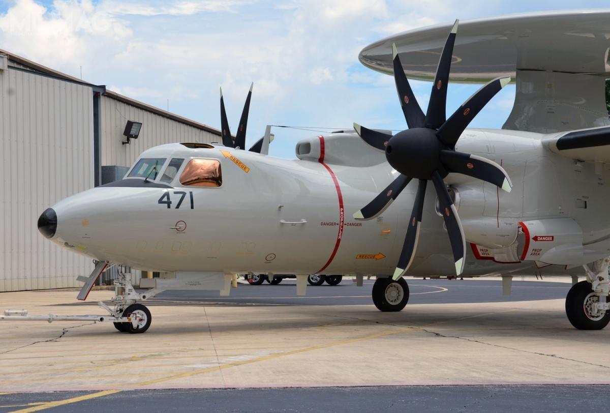 W porównaniu zE-2C, Advanced Hawkey otrzymały nowe wyposażenie elektroniczne, wtym radar, awionikę, kolorowe wyświetlacze wkabinie orazulepszone silniki iskrzydła zezbiornikami paliwa, dzięki czemu maksymalny czas lotu beztankowania wpowietrzu wzrósł z5do8godzin.