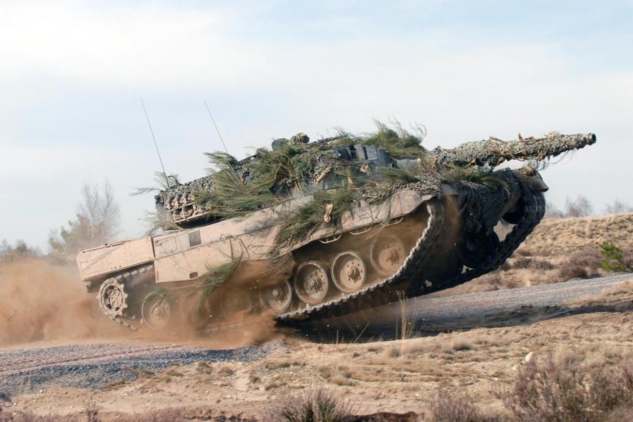 KMW iRheinmetall współpracowały zesobą wprzeszłości wielokrotnie. Przykładem jest zastosowanie 120-mm armat gładkolufowych Rheinmetall Rh-120 wwariantach L/44 iL/55 wopracowanych przezKMW czołgach Leopard 2A4/2A5 i2A6/2A7. /Zdjęcie: Krauss-Maffei Wegmann