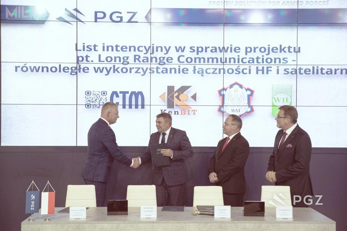 Przedstawiciele OBR STM, WAT, WIŁ iKenBIT podpisali list intencyjny wsprawie współpracy wrealizacji projektu Long Range Communications ześrodków EDA / Zdjęcie: PGZ