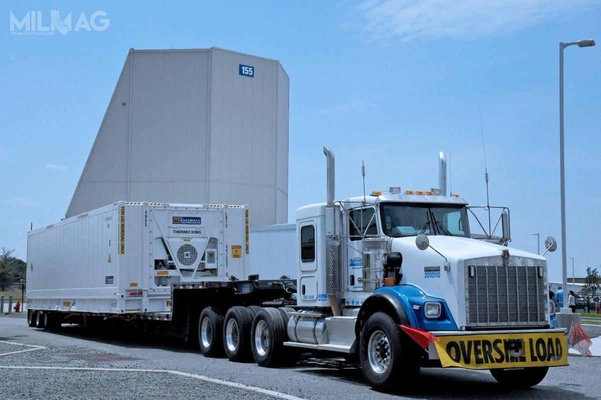 Pierwszy zdwudziestu paneli radaru LRDR owysokości ponad ośmiu metrów (27 stóp) został przetransportowany naAlaskę zoddalonego oponad 5300 km Moorestown wNew Jersey. Budowa pozostałych postępuje zgodnie zzałożonym harmonogramem / Zdjęcie igrafika: Lockheed Martin