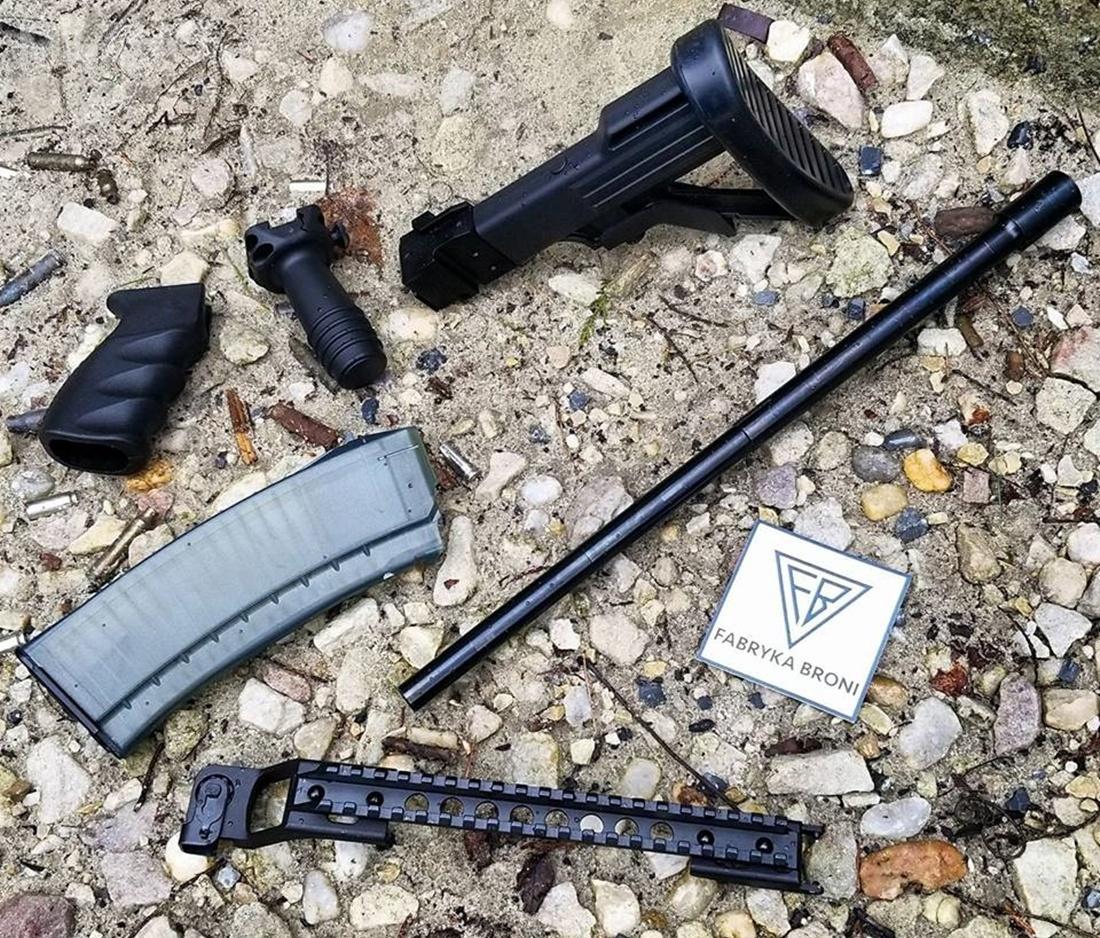 Do Stanów Zjednoczonych dotarł pierwszy transport części broni zŁucznika. Obejmuje lufy, zamki, 30-nabojowe magazynki, zespoły kolby, rury gazowe, wsporniki zszynami, zespoły łoża inakładki, chwyty przedni ipistoletowy, powiększoną dźwignię zatrzasku magazynka ibezpiecznika / Zdjęcie: Atlantic Firearms