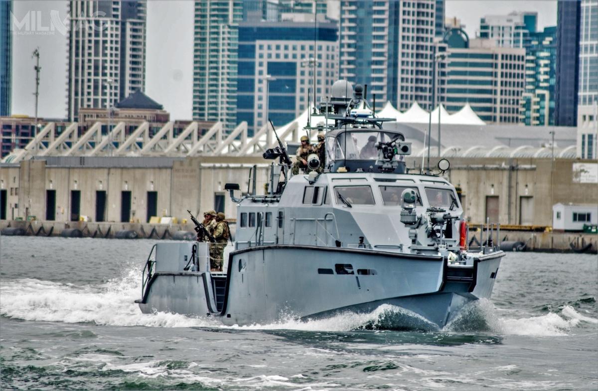 Łodzie patrolowe Mark IV odługości 26 m, szerokości 6,2 izanurzeniu 1,2 m są napędzane dwoma silnikami wysokoprężnymi MTU 16V2000 M94 ołącznej mocy 5200 KM idwoma pędnikami Hamilton HM651. Wypierają 72 t iosiągają prędkość 45 węzłów. Załoga liczy 10 marynarzy (jest możliwość zaokrętowania kolejnych 8osób). Co ciekawe, ich konstrukcja pozwala narozbudowę uzbrojenia. Jednostki amerykańskie są silniej uzbrojone, niż wprzypadku pakietu zarezerwowanego dla Ukrainy. Nieokreśloną liczbę łodzi zaok. 2mld USD (7,91 mld zł) zamówiła w2017 Arabia Saudyjska / Zdjęcie: Nelson Doromal Jr, US Navy