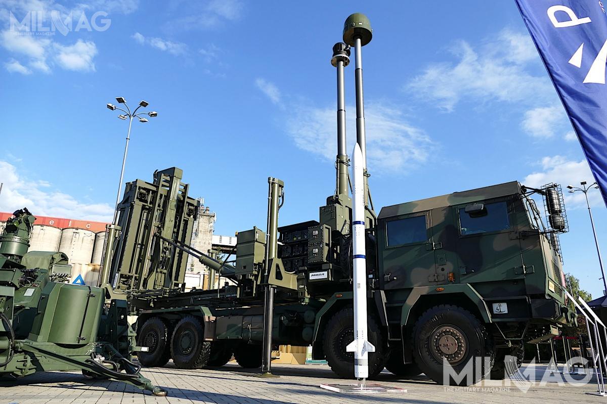 Pocisk przeciwlotniczy CAMM wyposażono wgłowicę bojową naprowadzaną radarem, dwukierunkowe łącze danych isilnik rakietowy oniskiej emisji. Mają zdolność zwalczania celów powietrznych wpełnym zakresie 360 stopni poodpaleniu zwyrzutni /Zdjęcie: Remigiusz Wilk