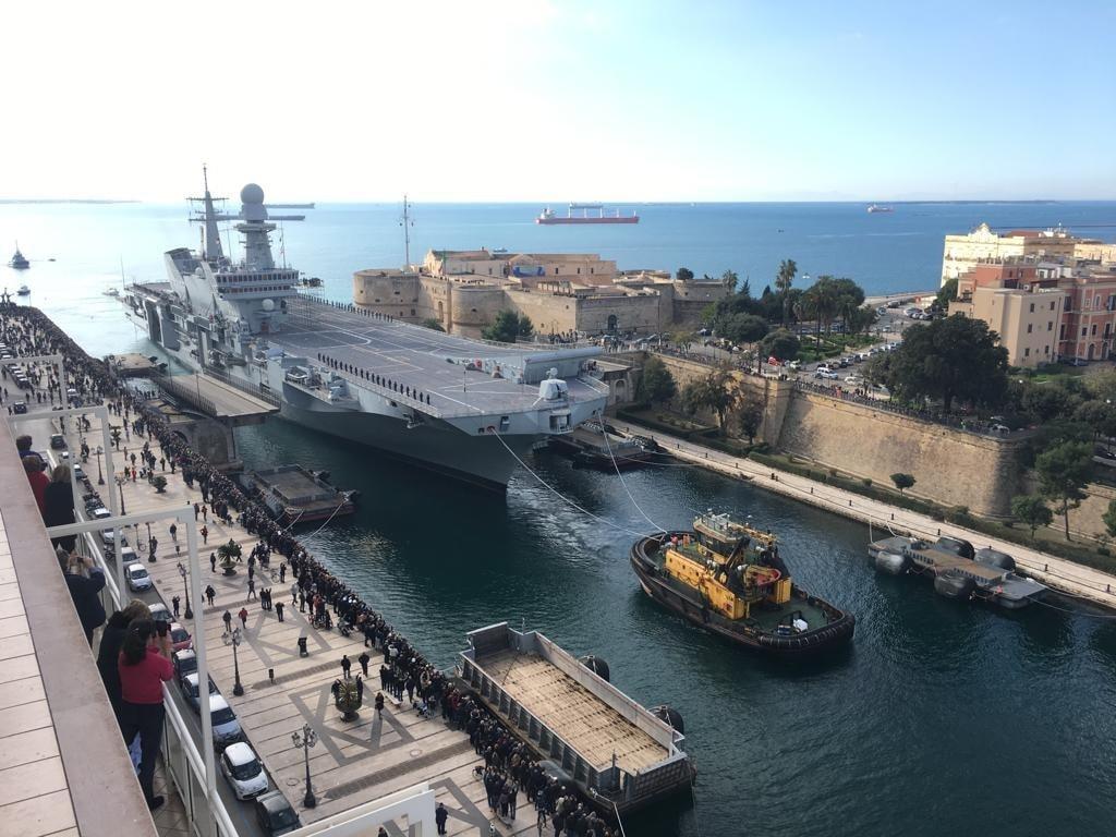 Prace remontowe imodernizacyjne lotniskowcaCavour(C550) przeprowadzą specjaliści marynarki wojennej wewspółpracy zkoncernami Leonardo iFincantieri – Cantieri Navali Italiani orazinnymi średnimi imałymi przedsiębiorstwami. Suchy dok Edgardo Ferrati jest jednym znajwiększych tego typu wEuropie