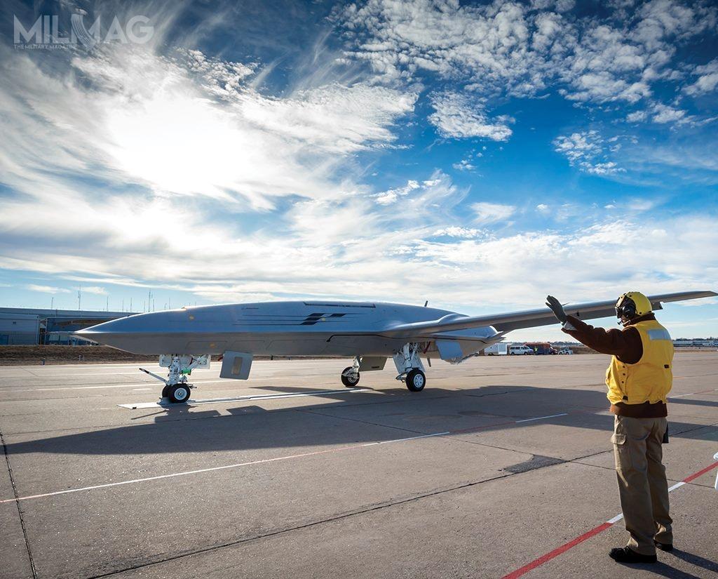 2. przechodzi testy naziemne nalotnisku Lambert wSt. Louis (Missouri), naktórymnamalowano pasy symulujące pokład lotniskowca