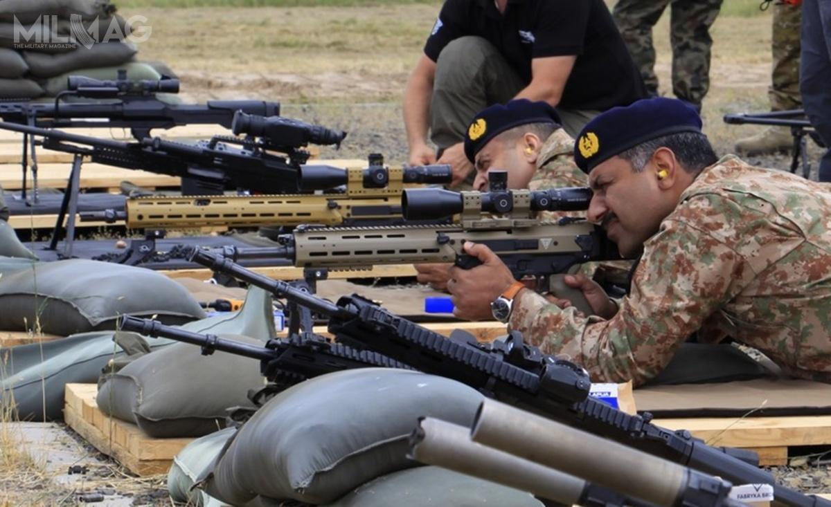 Niespodzianką, wpisującą się wprogram poszukiwania nowej broni dla pakistańskich sił zbrojnych, była możliwość zapoznania się wojskowych zPakistanu zprototypami 7,62-mm samopowtarzalnych karabinów wyborowych MSBS-7,62N. Toodmiana Modułowego Systemu Broni Strzeleckiej doamunicji 7,62 mm x 51 NATO, czyli podstawowej amunicji używanej przezwojska lądowe Pakistanu wlicencyjnych karabinach G3./ Zdjęcia: Monika Trajdos-Giejdasz, Jacek Mizgała