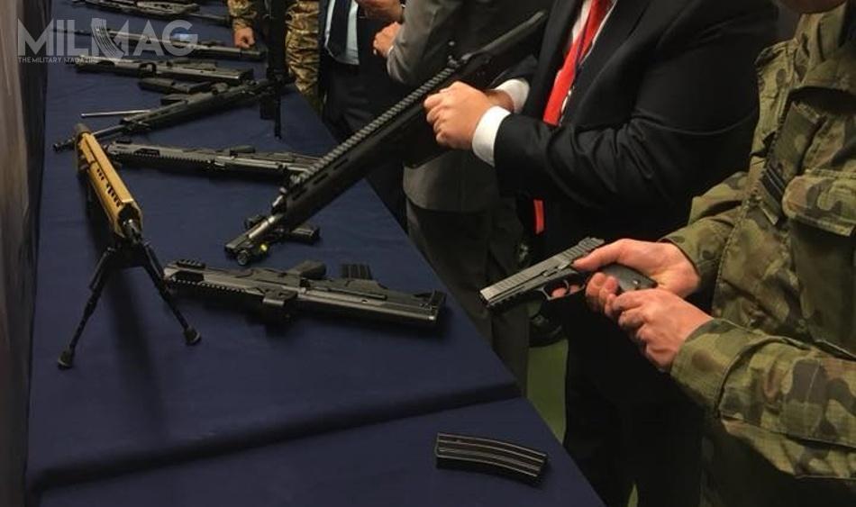 Jedyne ujawnione zdjęcie nowego karabinu samopowtarzalnego zŁucznika (zlewej wkolorze piaskowym), zaprezentowane podczas wizyty wPolsce delegacji zPakistanu wpołowie listopada 2017. Siły zbrojne tego państwa szukają identycznego rodzaju konstrukcji strzeleckich, jakie obecnie są ibędą wdrażane doprodukcji wFabryce Broni / Zdjęcie: PGZ