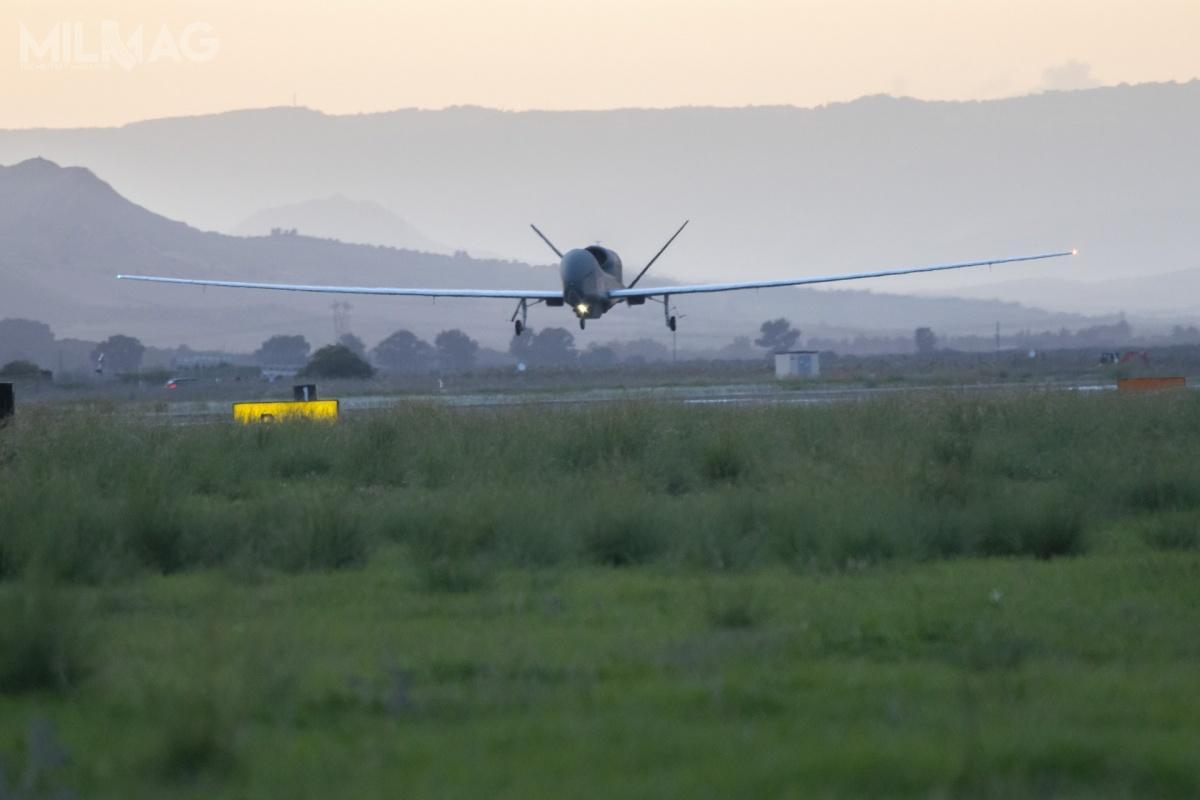 Natowskie RQ-4D Block 30 będą wykonywać strategiczne rozpoznanie lotnicze narzecz 15 państw NATO. Koszty programu AGS to1,4 mld USD (5,42 mld zł). Umowa nadostawy pięciu bsl podpisano wmaju 2012 / Zdjęcia: NATO Allied Air Command
