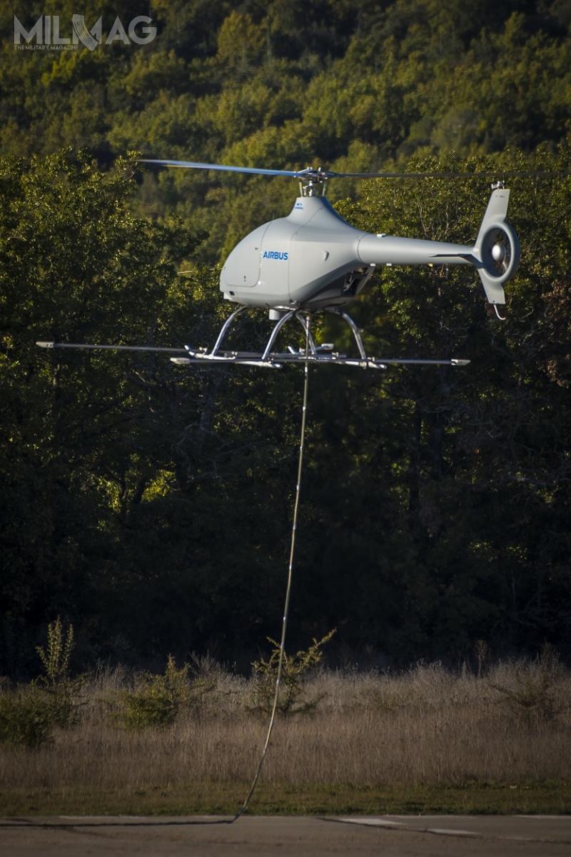 Konstrukcja bezzałogowca VSR700 wywodzi się zlekkiego, dwuosobowego śmigłowca Cabri G2, opracowanego przezspółkę Hélicoptères Guimbal. Śmigłowiec ma 6,31 m długości, 1,24 m szerokości, 2,37 m wysokości, awirnik główny ma średnicę 7,2 m. Maksymalna masa startowa to700 kg. Dla porównania masa startowa bezzałogowca wzrośnie do760 kg, długość zostanie zredukowana do6,2 m, wysokość do2,28 m. Długotrwałość lotu wyniesie ponad 10 godzin ze100-kg ładunkiem użytecznym / Zdjęcia: Eric Raz, Airbus Helicopters